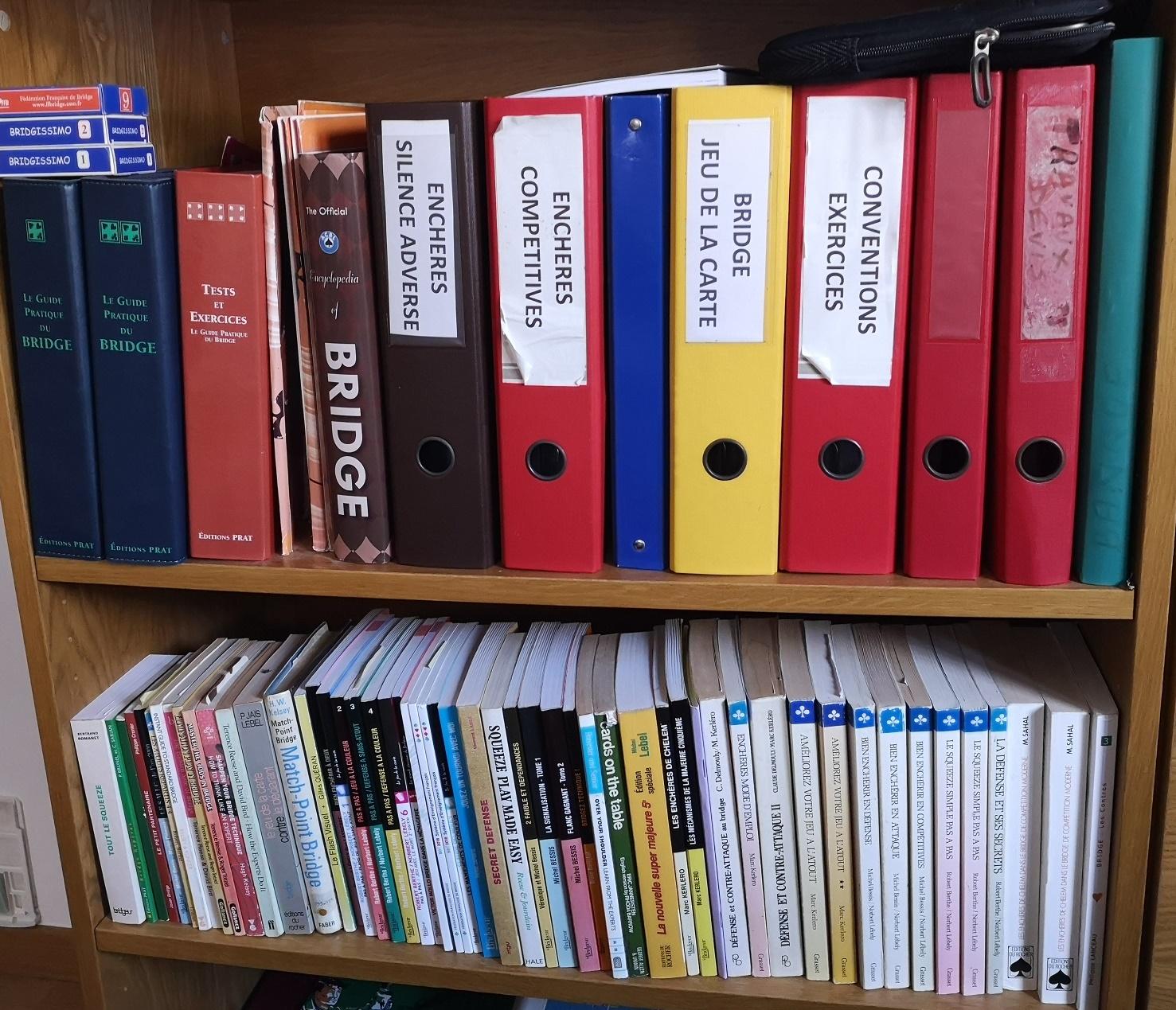 Une petite bibliothèque de bridge
